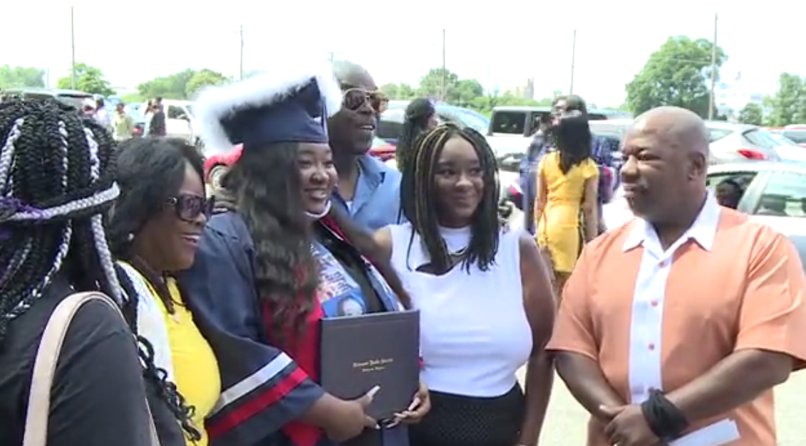 Wythe graduation at the Diamond 04.png