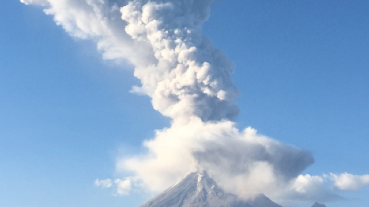 Video captures large volcano erupting in Mexico