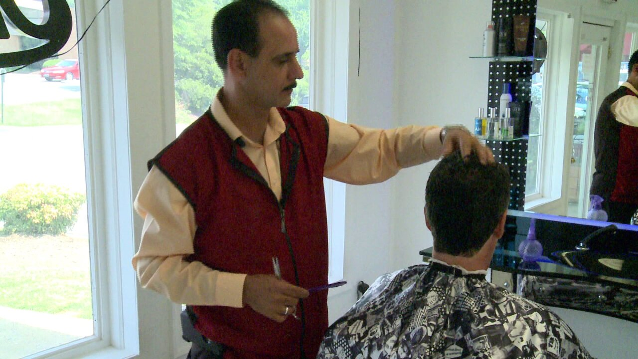 Refugee barber offers free student haircuts 'to helpeveryone'