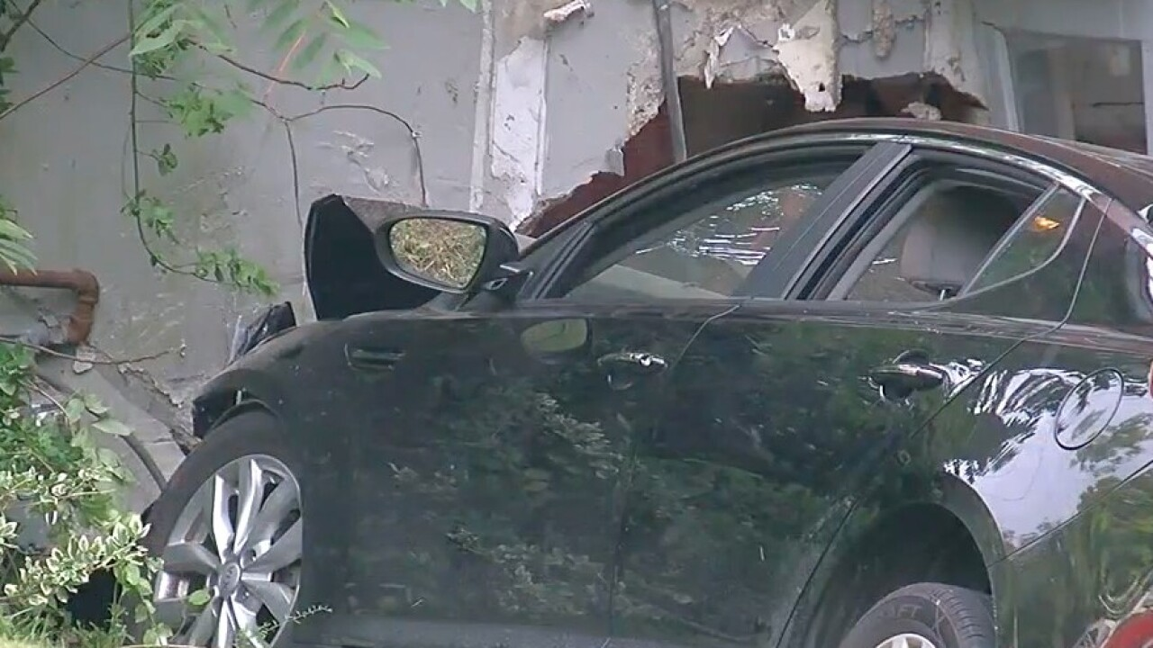 Car_crashes_into_house_on Delhi_Avenue.jpg