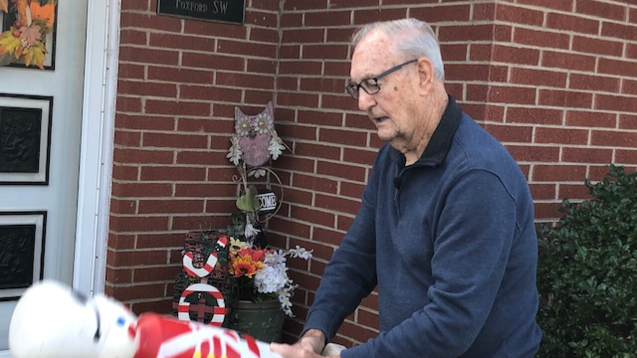 Korean War veteran, 88, uses Christmas decoration to fend off pitbull that was attacking girl