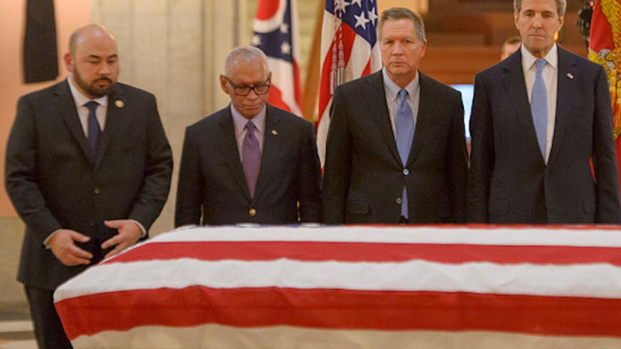 Thousands pay respect for John Glenn