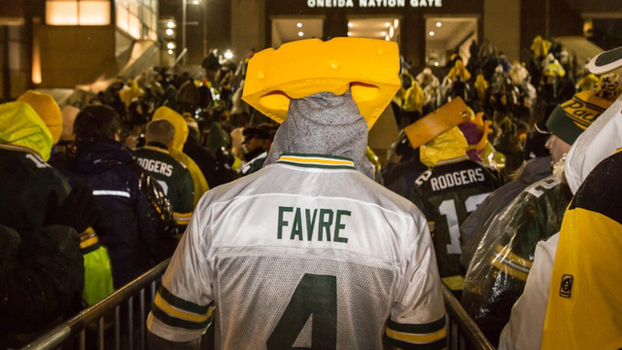 Brett Favre's number retired at Lambeau Field