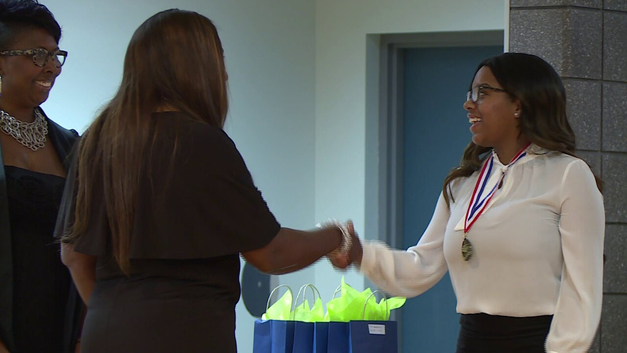 Foundation awards $41,000 in scholarships for students to 'pay itforward'
