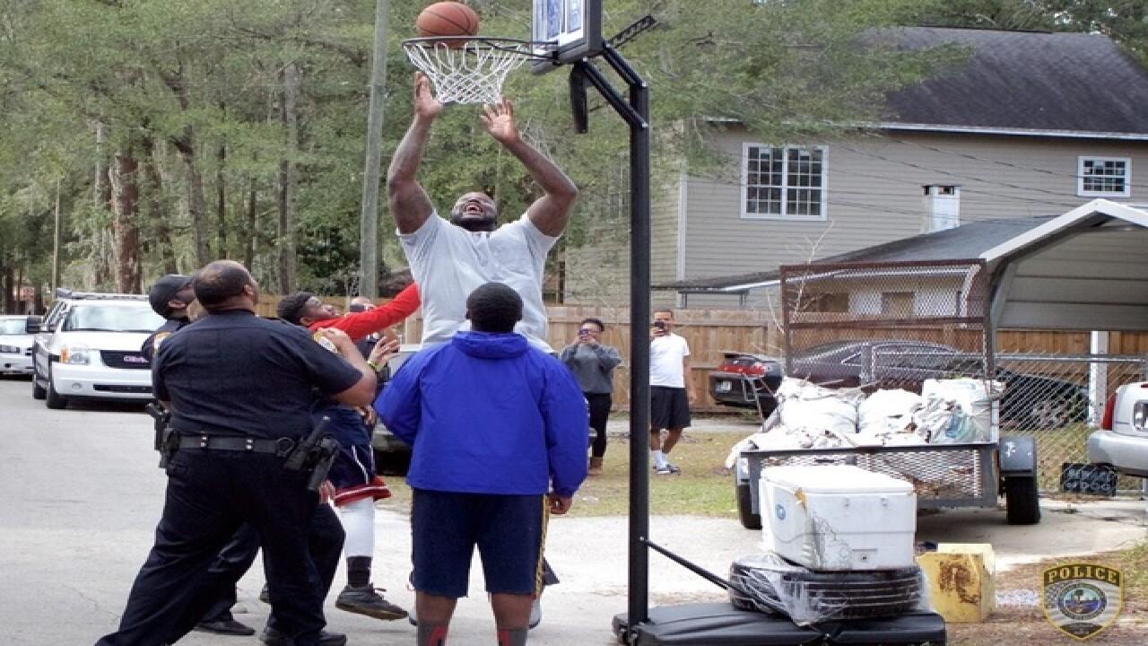 "Shaq, police play basketball with ""loud"" kids"