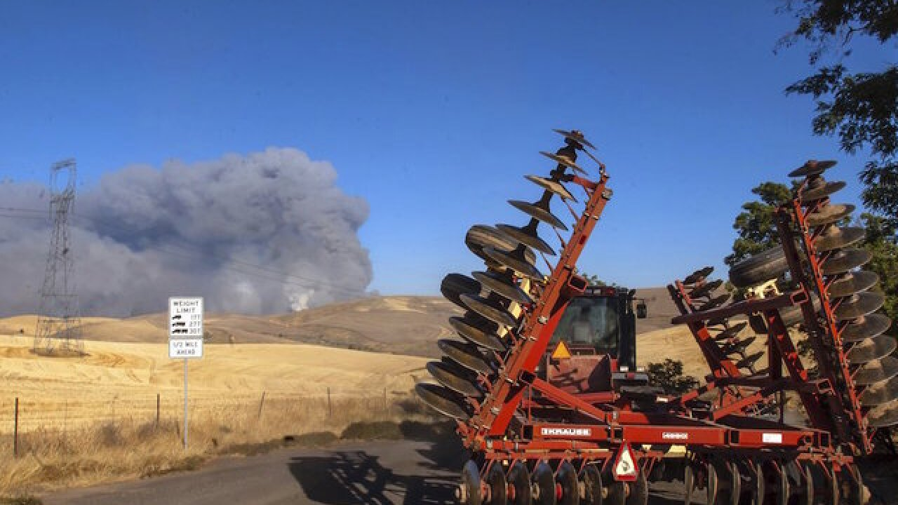 1 dies in fast-spreading Oregon wildfire