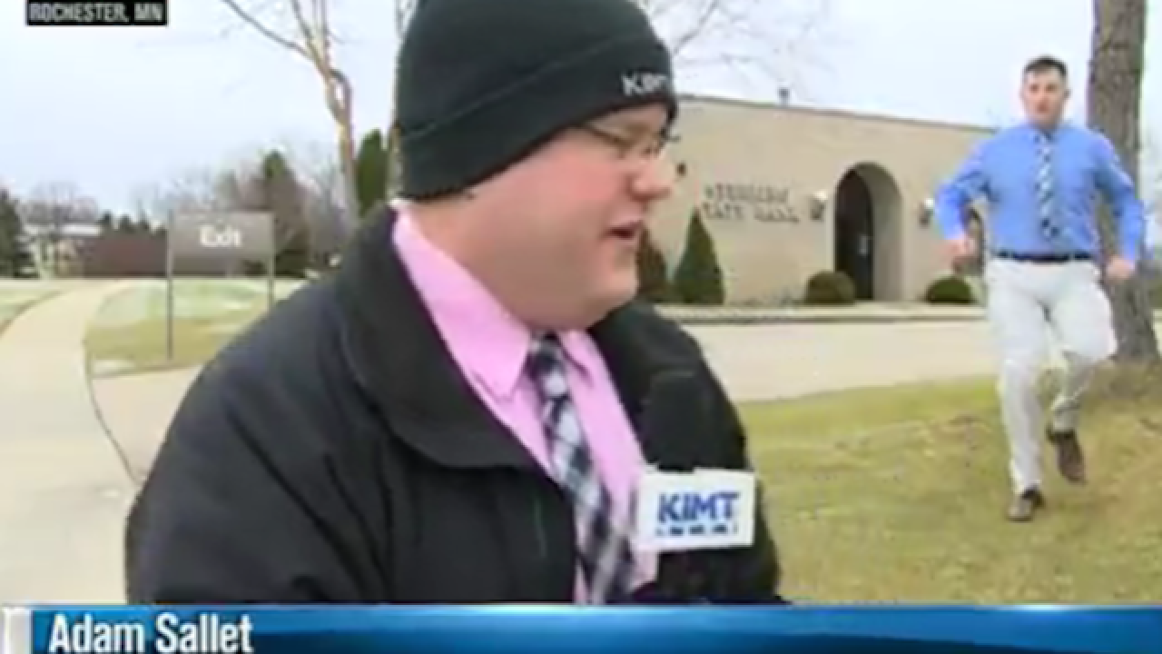 Robbery suspect runs past reporter on live TV