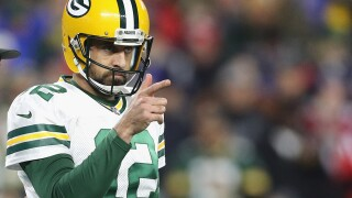 Rodgers limited in Thursday's practice with knee injury