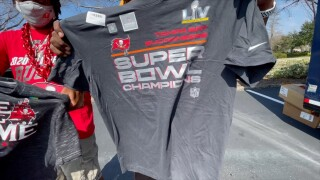 super bowl lv-fans-bucs-gear-merch