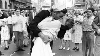 vj_day_kiss.jpg