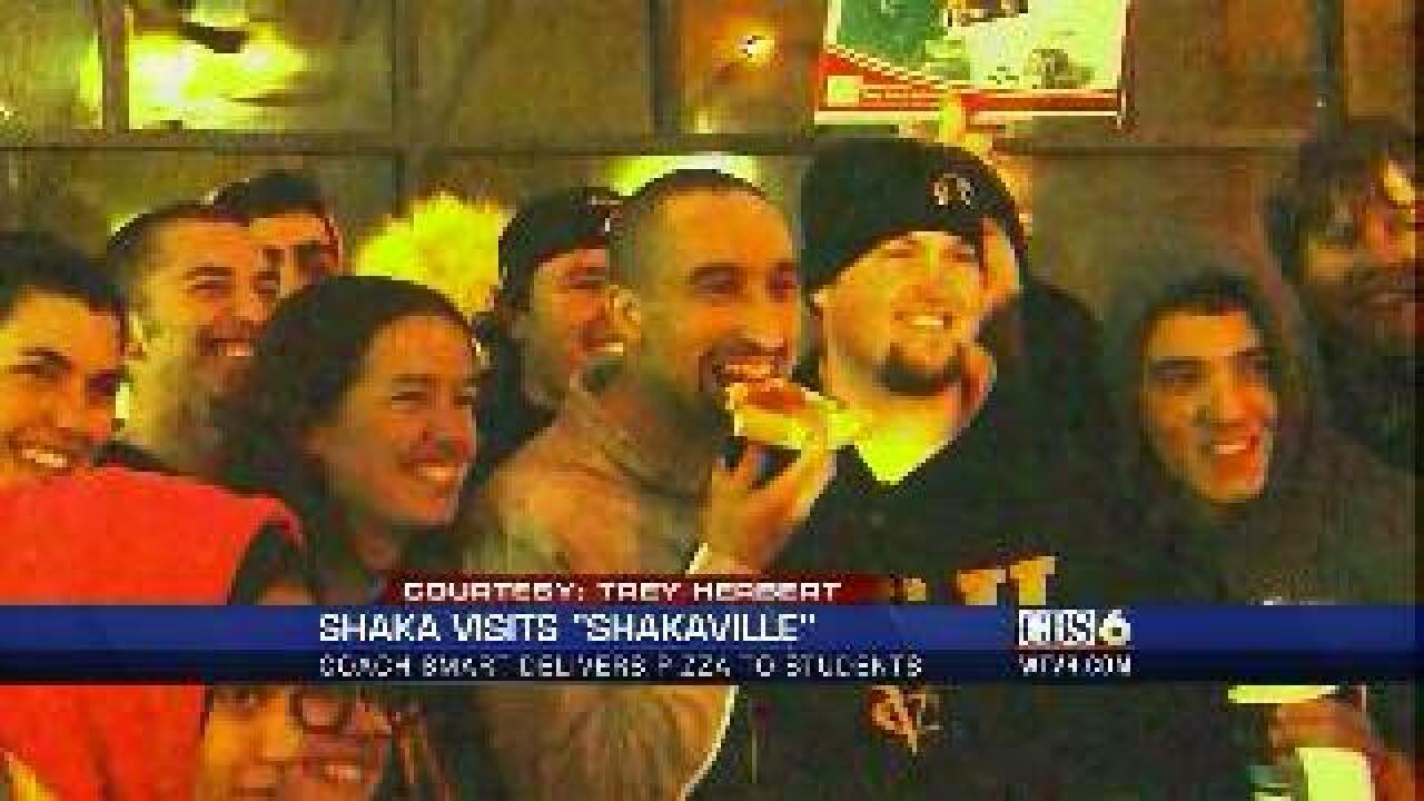 Shaka Smart delivers pizzas to Rams fans camped out for big game
