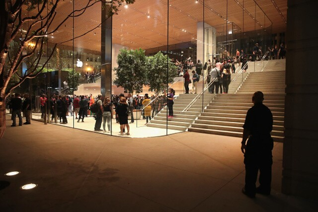 Apple Michigan Avenue Grand Opening Photos