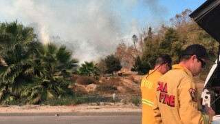 Brush fire sparks in Fallbrook, threatens homes