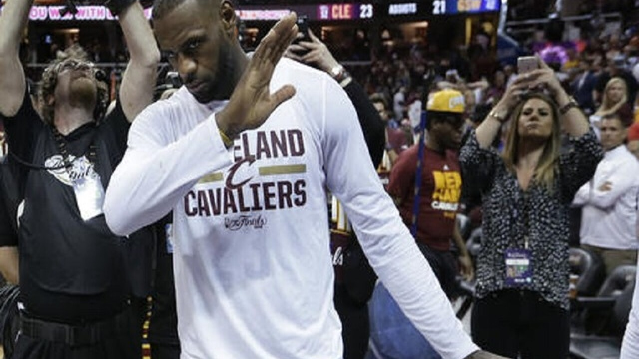 LeBron scores 32, Cavs wallop Warriors 120-90