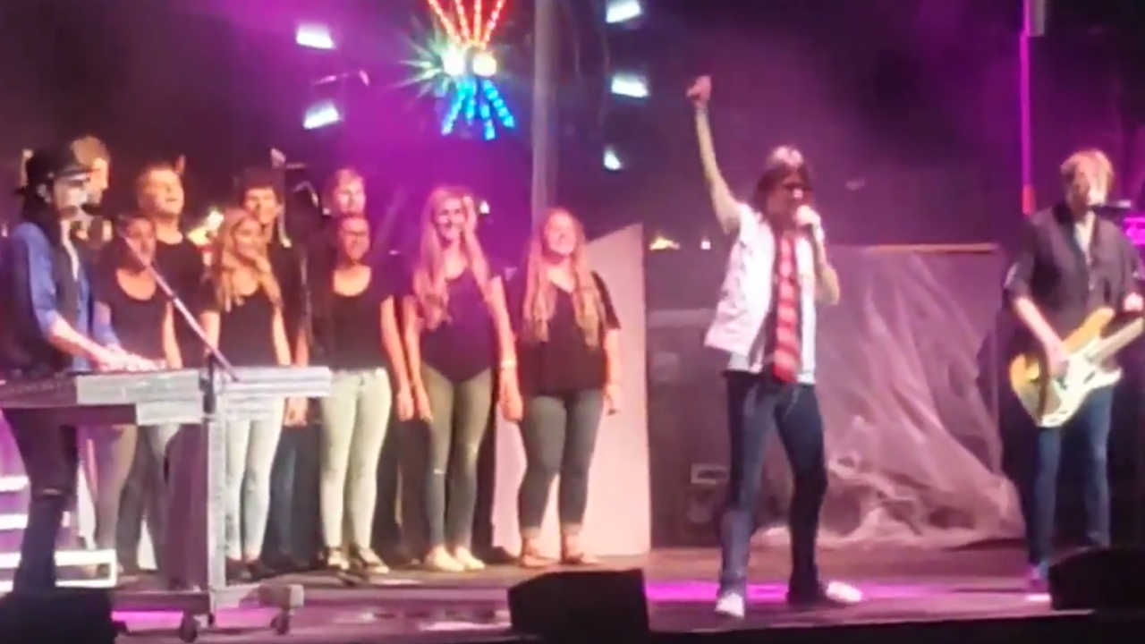 North Ridgeville High School choir performs with Foreigner