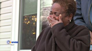 Kind surprise moves grandma to tears after couple steals expensive Christmas gift