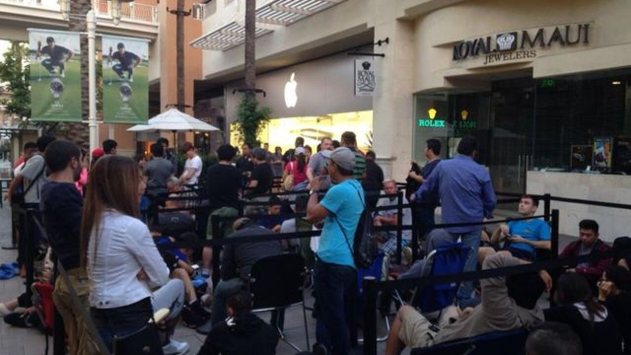 Hundreds of San Diegans in line for new iPhone