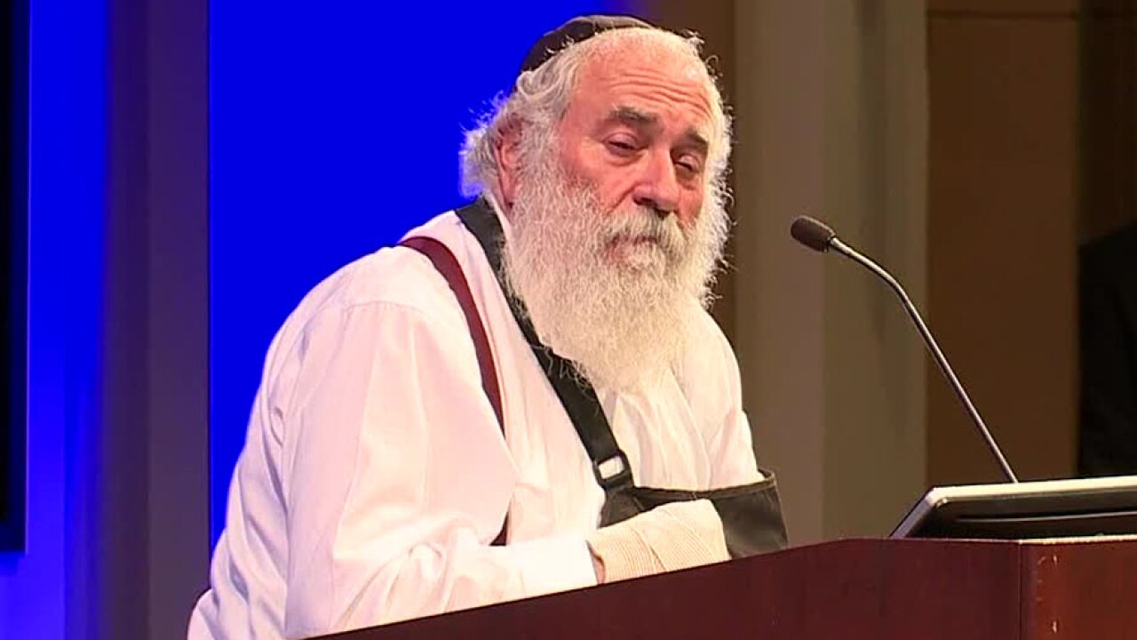 rabbi_yisroel_goldstein_podium.jpg