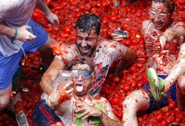 "Spain's messy 2017 ""Tomatina"" fight"