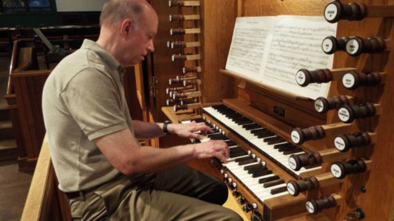 Churches weigh in: Organ, or praise band?