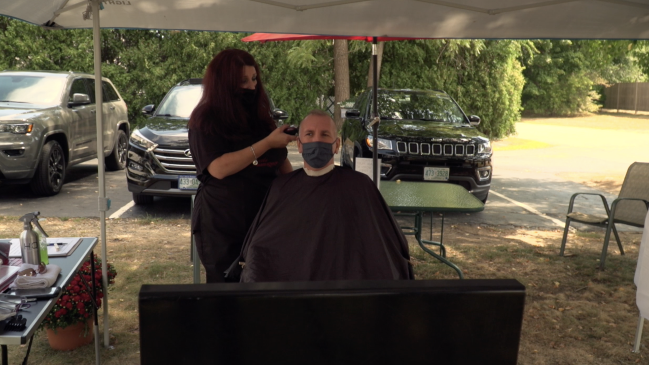 Salon owner moves haircuts outside to make customers feel at ease amid pandemic