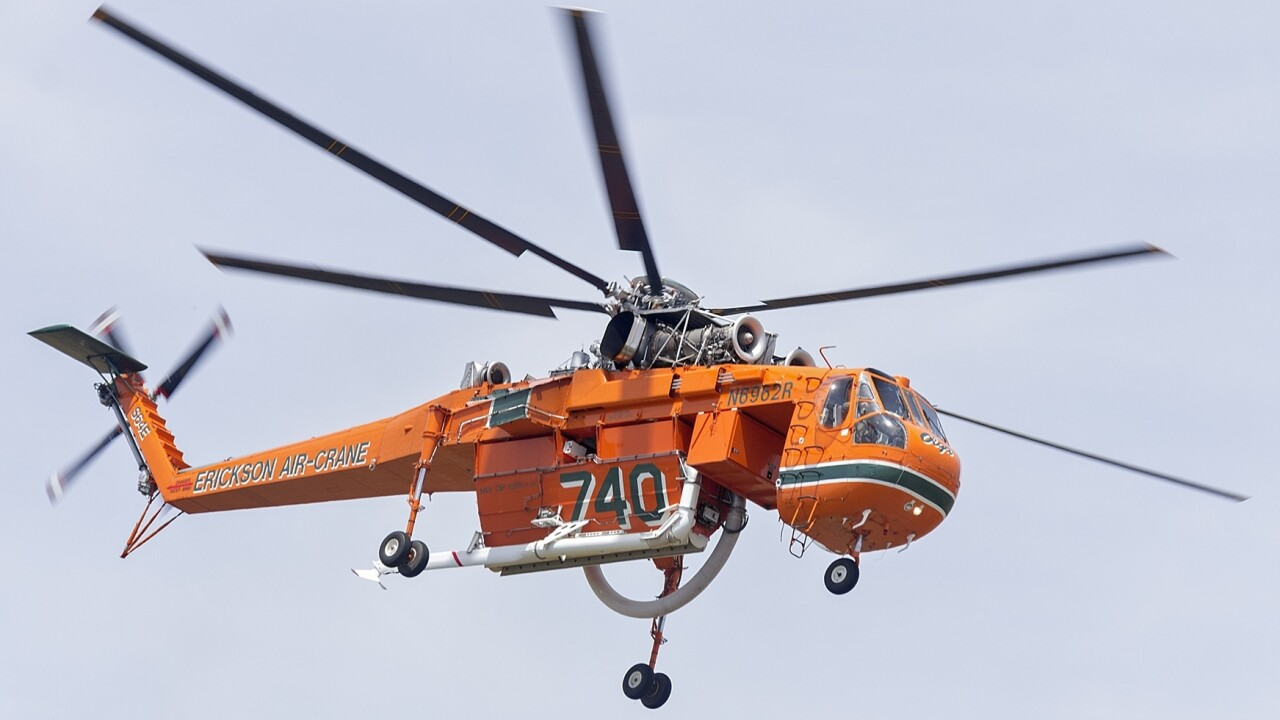 Erickson_Air-Crane_(N6962R)_Sikorsky_S-64E_departing_Wagga_Wagga_Airport_(cropped).jpg