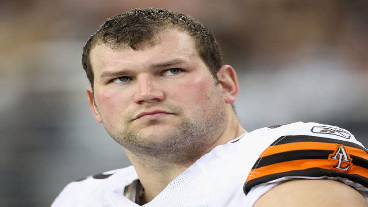 TV mistake calls Cleveland Browns' Joe Thomas the first offensive lineman ever