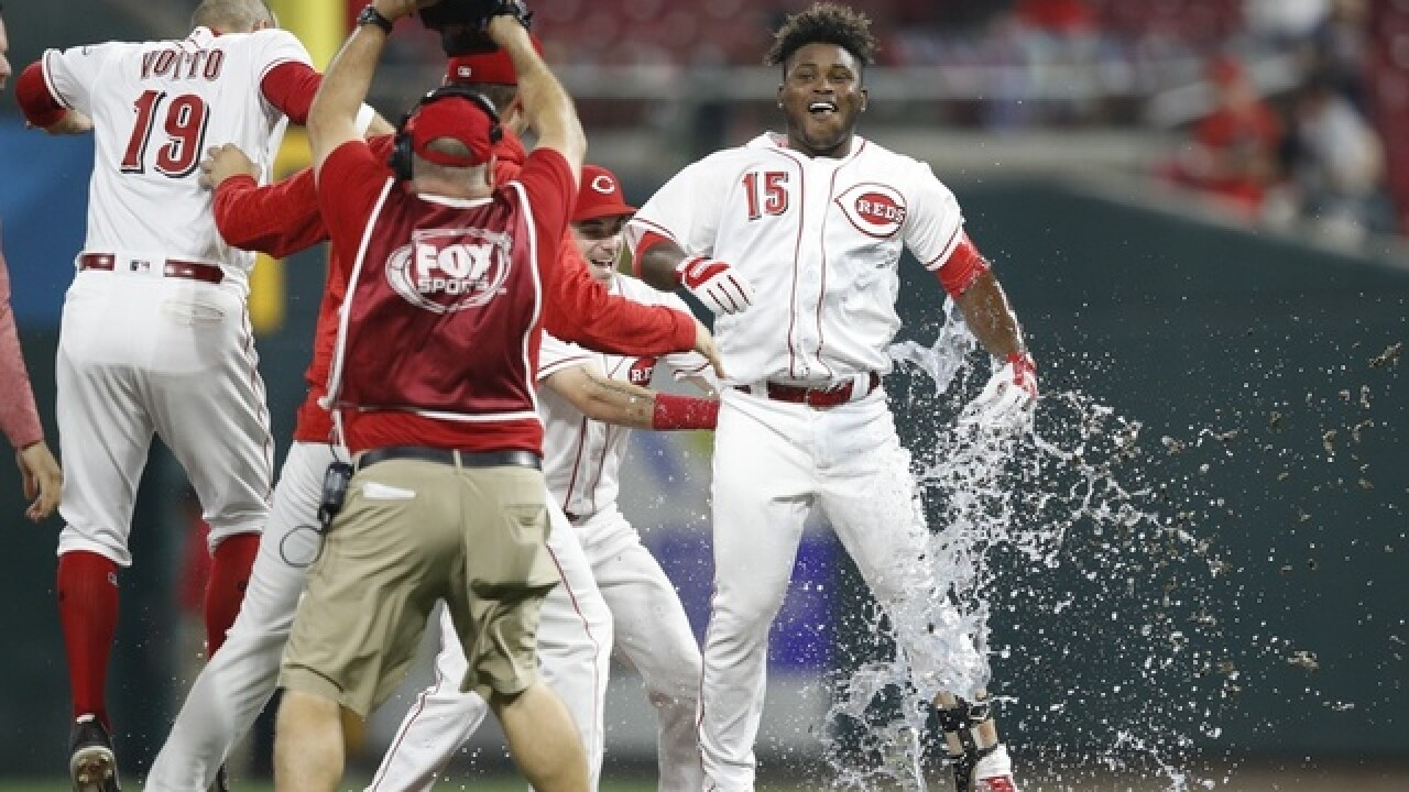 Reds rally to beat Cardinals 2-1