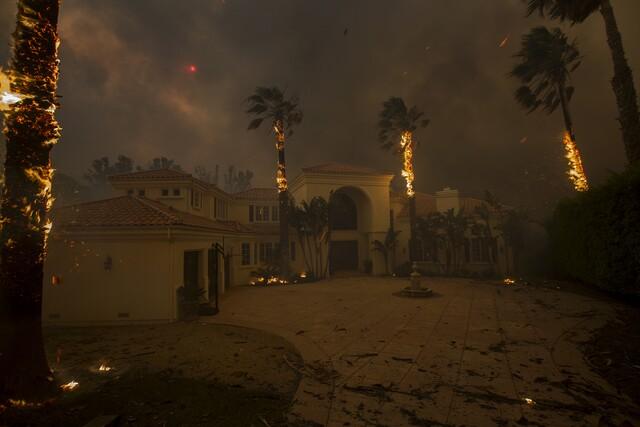 PHOTOS: Woolsey Fire wreaks havoc on SoCal