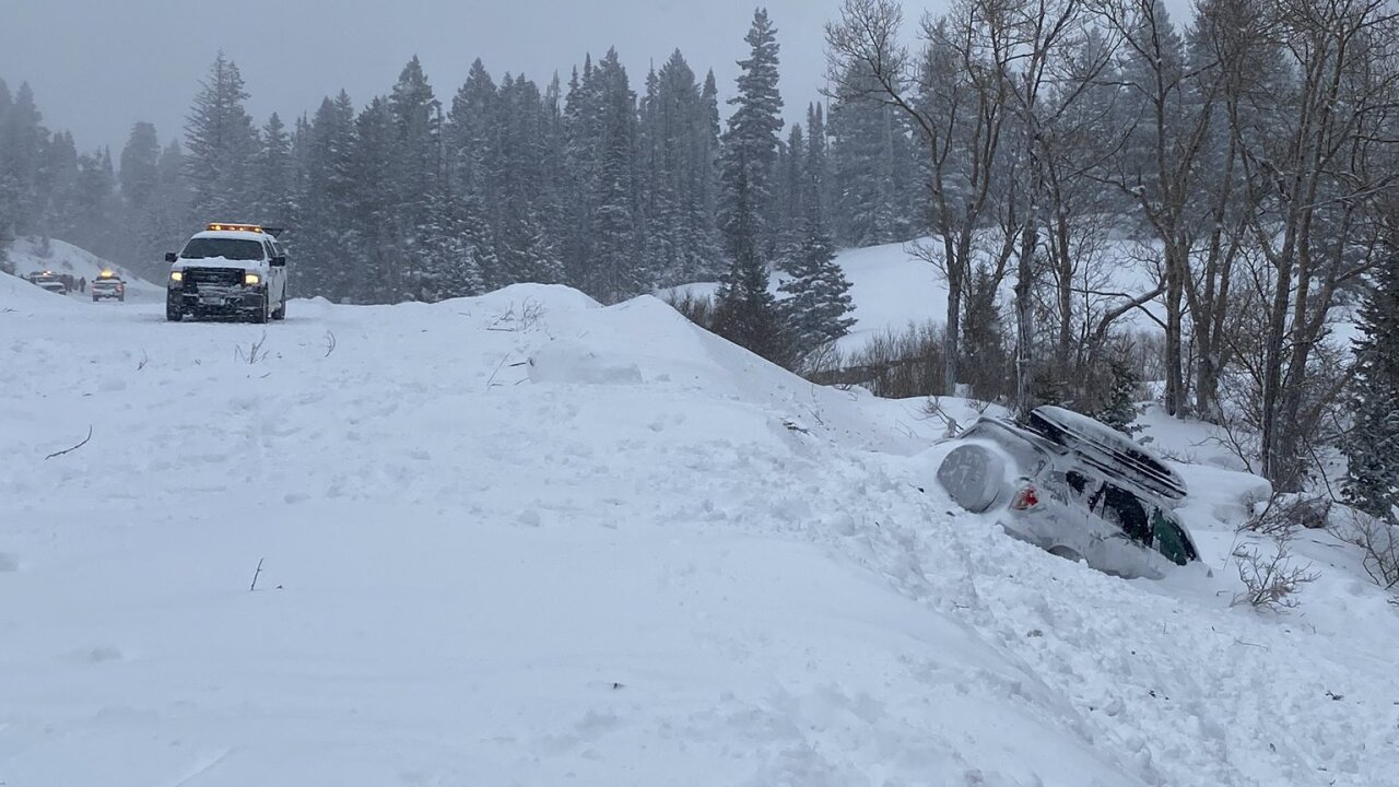 Little Cottonwood Canyon reopened after avalanche wipes out onevehicle