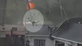 Strong winds in South Carolina send restaurant employee flying onto roof