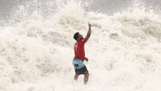 Not swell: Surfboard breaks in gold medal matchup