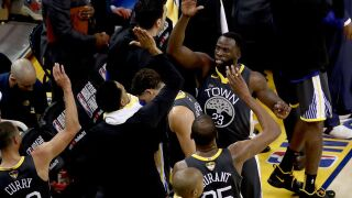 Curry dazzles from deep, Warriors take 2-0 NBA Finals lead