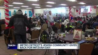 Metro Detroit Jewish, Muslim volunteers perform good deeds on Christmas