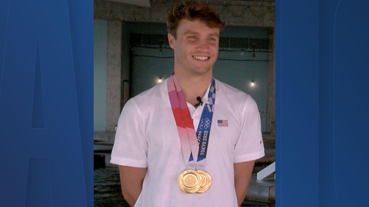 bobby-finke-gold-medals.jpg