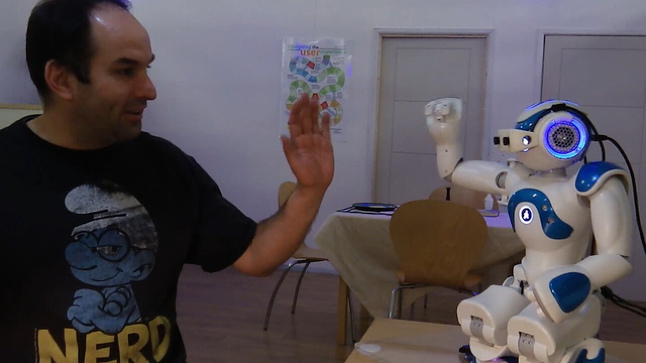 Robots talk with hands, are more understandable