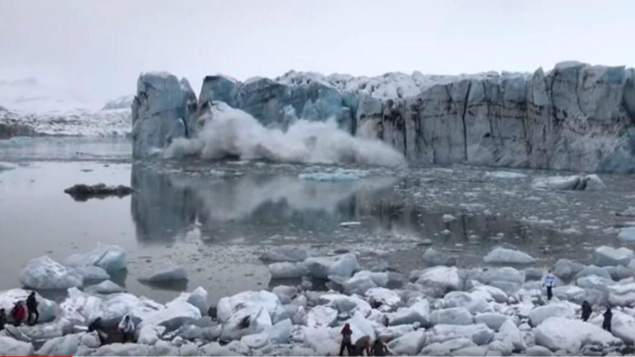 Tourists scramble to avoid wave caused by glacier collapse