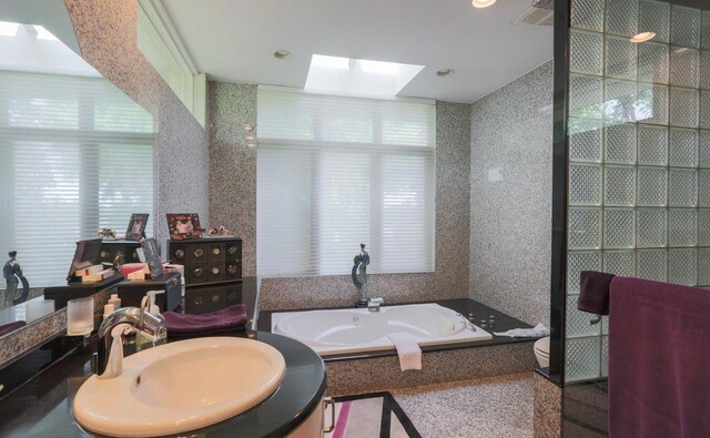 Photos Michigan Mansion Listing Featuring 90s Interior Decor Goes Viral