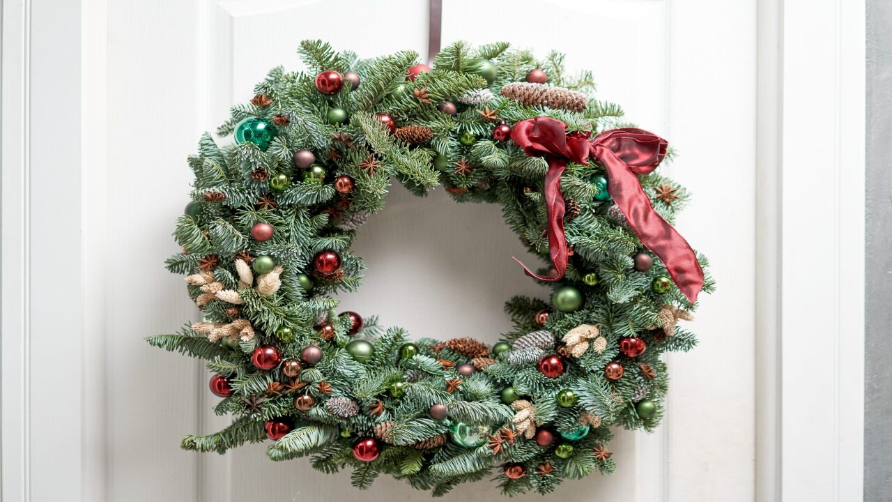 Best wreath hanger 2020