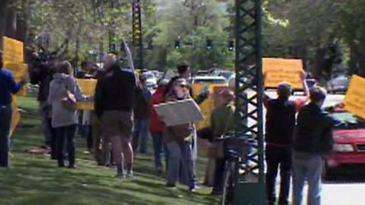 Environmentalists protest at governor's mansion