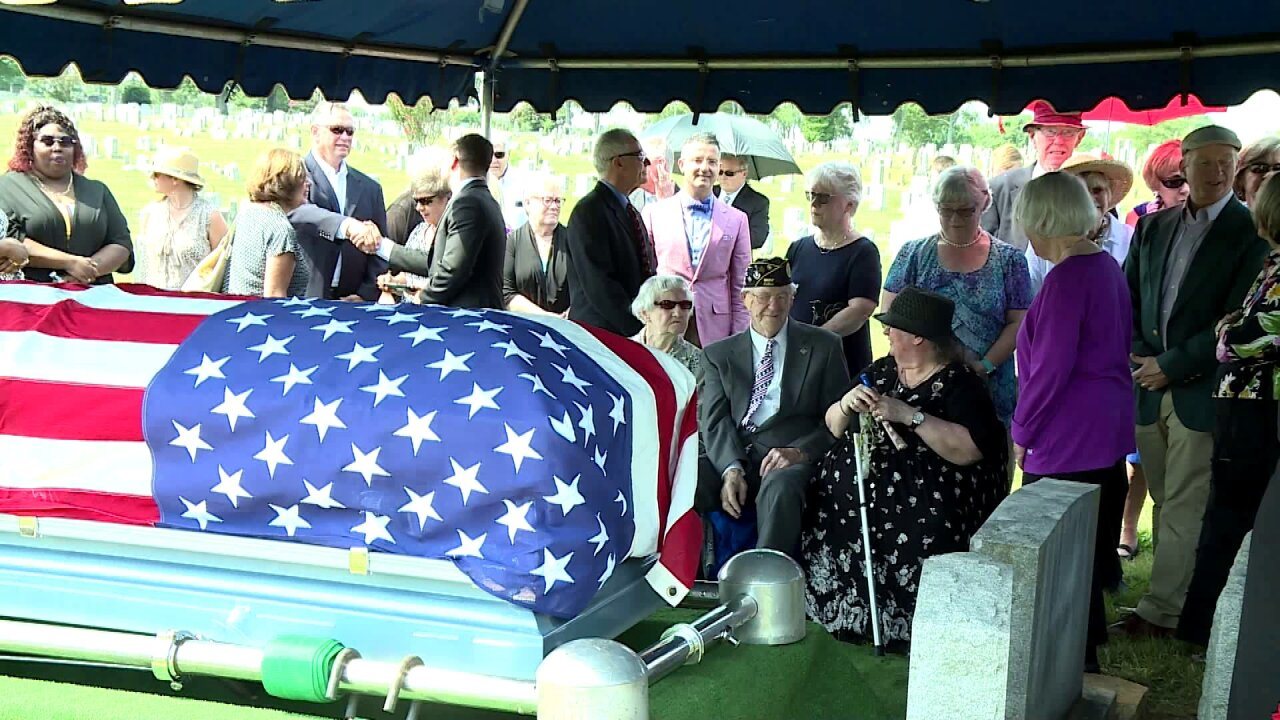 🇺🇸Strangers attend WWII veteran's funeral: 'He would bethrilled'