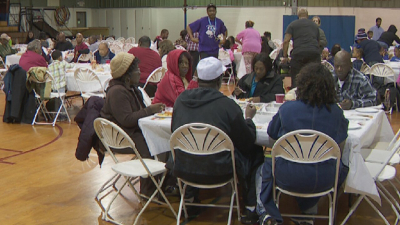 Tennessee Titan pays for, serves turkeys at Salvation Army Thanksgiving dinner