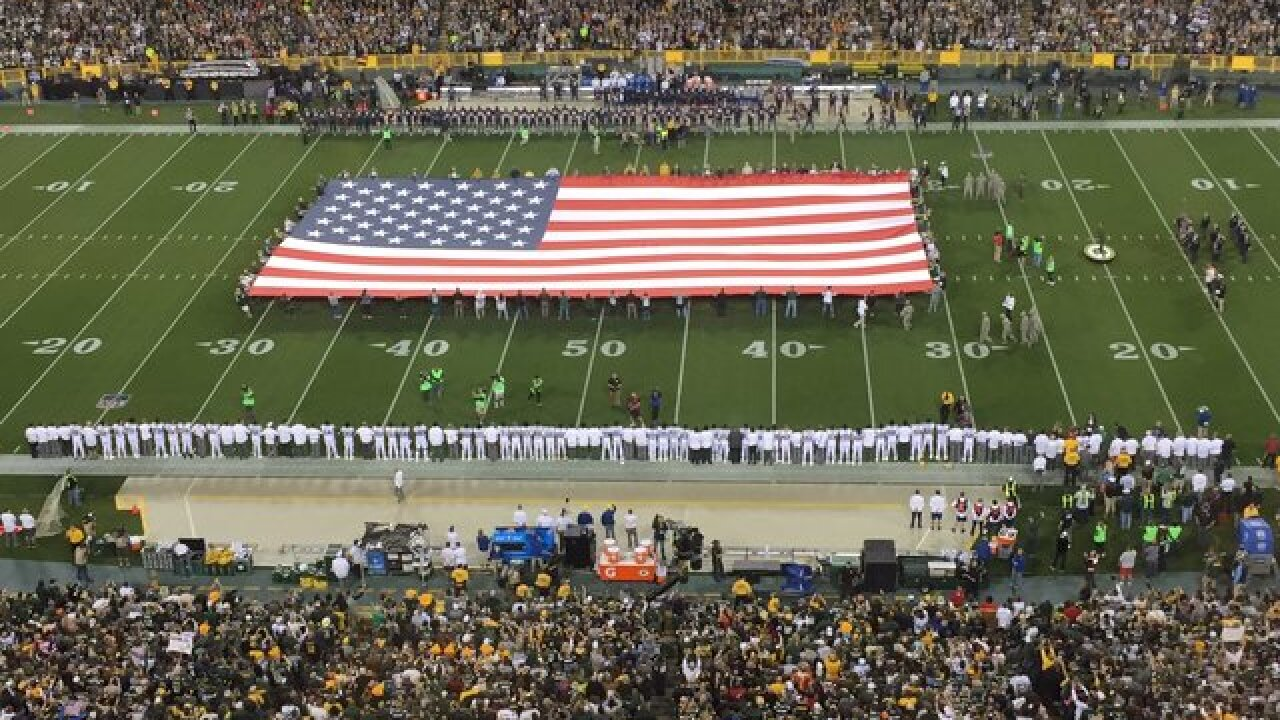 Packers, Bears link arms during anthem, but many fans don't