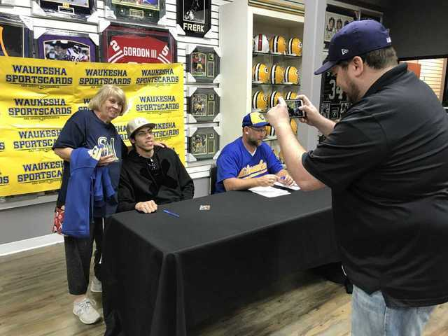 Brewers fans line up for Christian Yelich's autograph