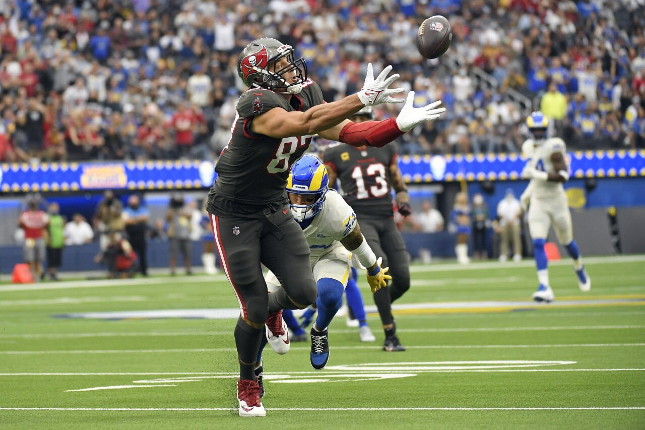 Tampa Bay Buccaneers tight end Rob Gronkowski tries to make catch at Los Angeles Rams in 2021