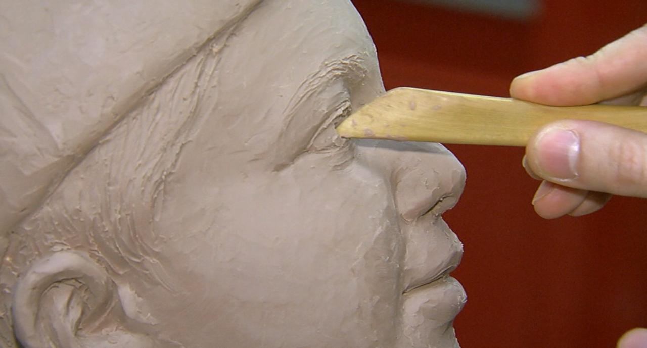 Tsuchiya_sculpting_boys_face.png