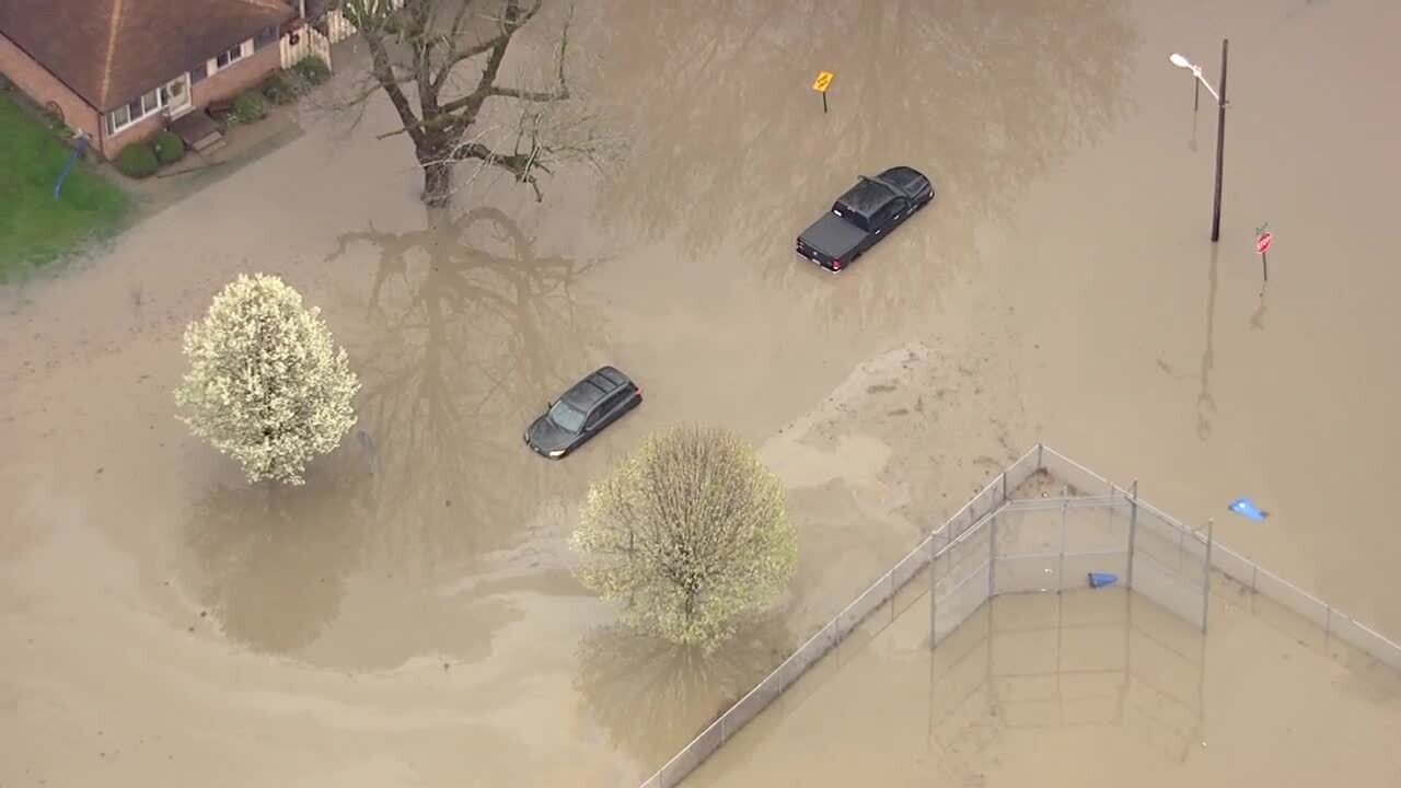 Flooding in Detroit traps people inside their cars, homes
